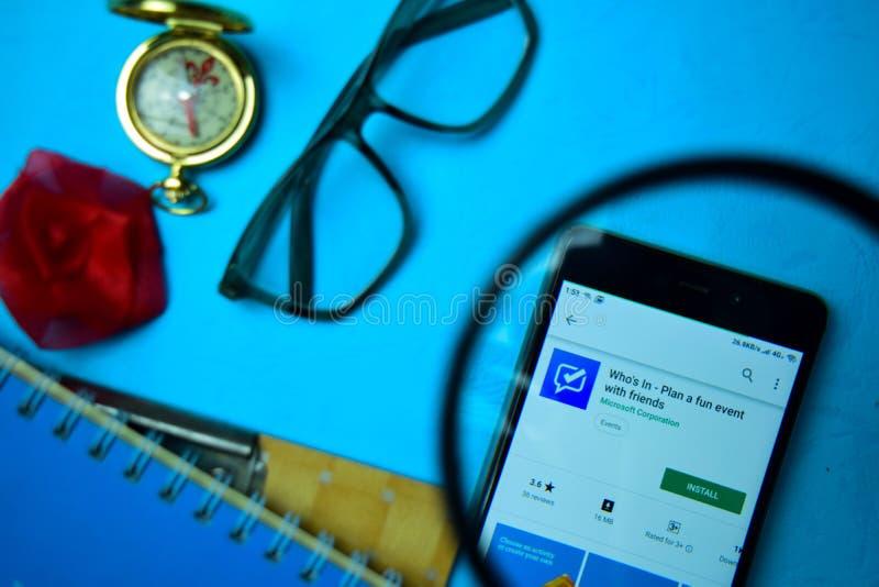 WHos в - плане событие потехи с приложением dev друзей с увеличивать на экране смартфона стоковые фотографии rf