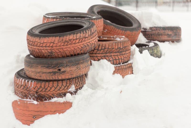 Wiązka stare opony kłama na śniegu obrazy stock