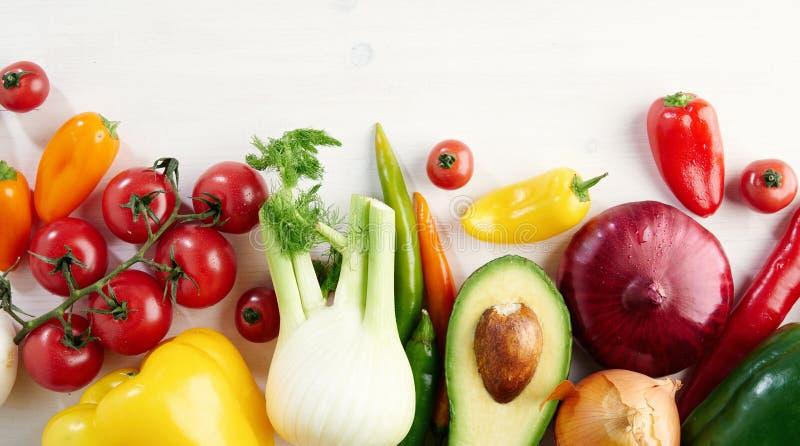 Wiązka świezi różni sezonowi zieleni warzywa avocado, koper, czosnek, cebula, pomidor, czerwony koloru żółtego pieprz z góry fotografia royalty free