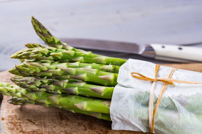 Wiązka świezi uncooked zieleni szparagowi warzywa przygotowywający gotować obraz stock