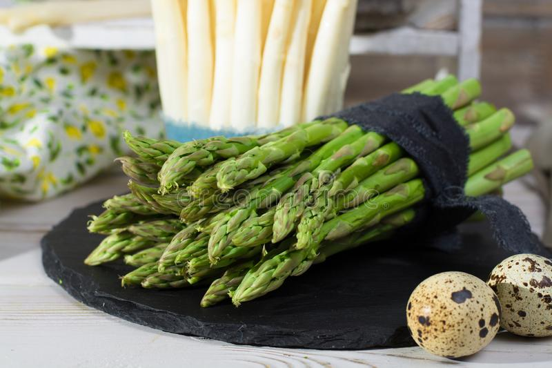 Wiązka świezi uncooked zieleni szparagowi warzywa przygotowywający gotować zdjęcia stock
