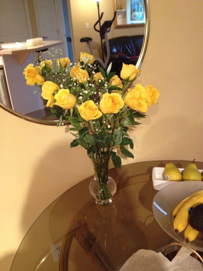 Wiązka żółte róże & bonkrety zdjęcia royalty free
