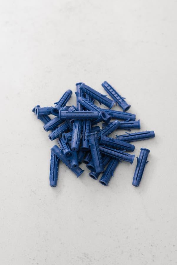 Wiązka błękitny plastikowy debela dla jest wiązką na popielatym tle fotografia stock