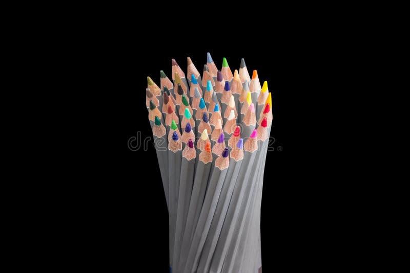 Wiązka barwioni ołówki na ciemnym tle zdjęcia stock