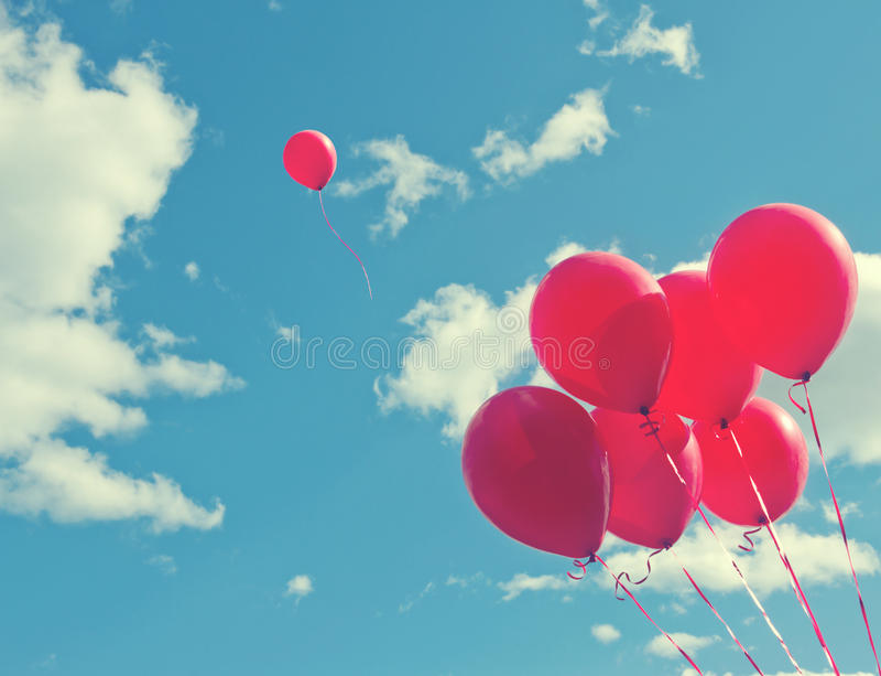 Wiązka czerwoni ballons na niebieskim niebie zdjęcie royalty free