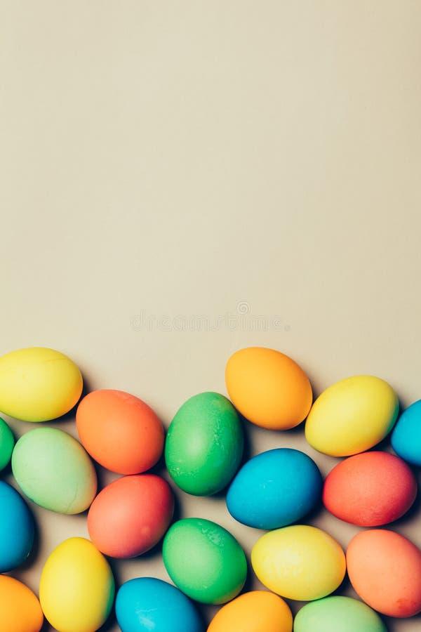 Wiązka farbujący jajka kłaść na podłoga fotografia royalty free