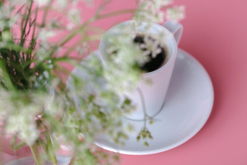 Wiązka jaskrawa wiosna kwitnie w wazie zdjęcie royalty free