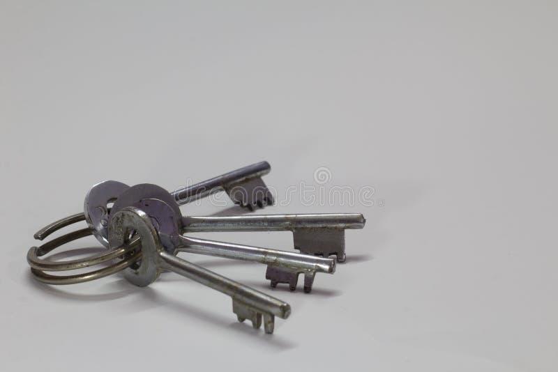 Wiązka klucze odizolowywający na białym tle obrazy royalty free