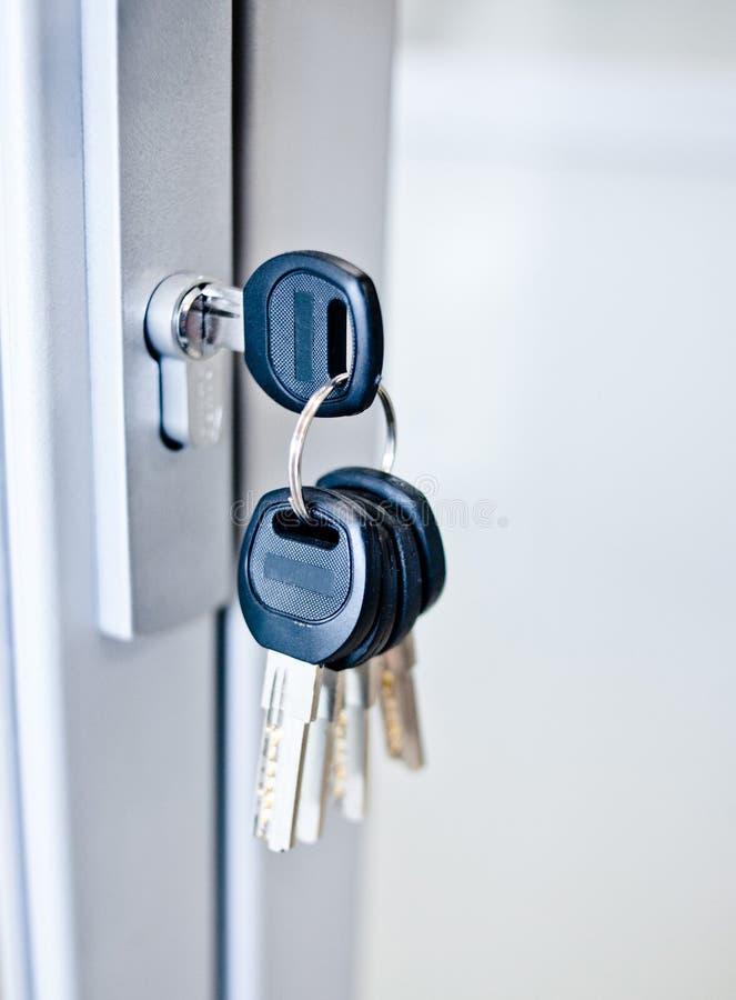 Wiązka klucze w keyhole fotografia stock