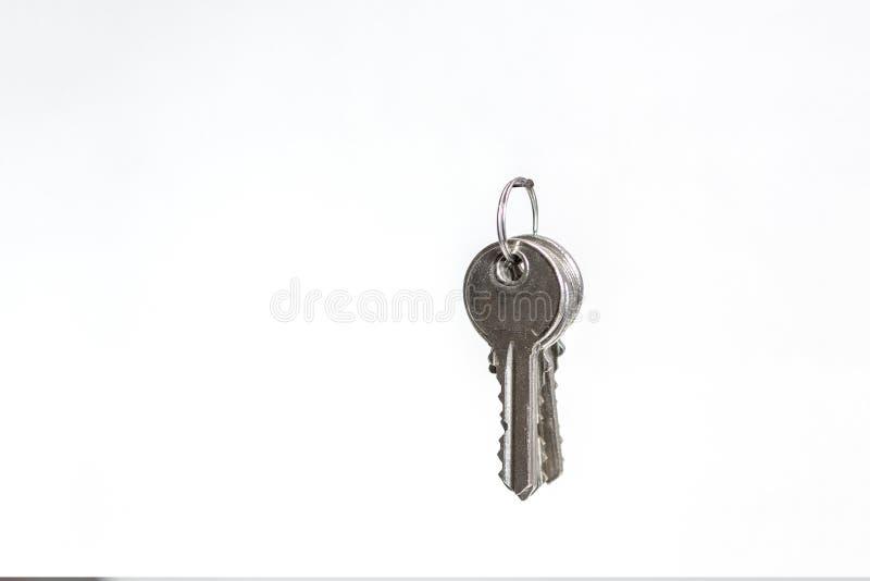 Wiązka klucze wiesza na gwoździu odizolowywającym przeciw białemu backg obrazy stock