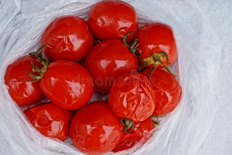 Wiązka konserwować czerwoni pomidory na celofanowy pakować obrazy stock