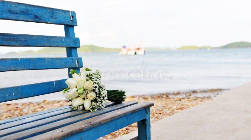 Wiązka kwiat na drewnianym krześle obrazy royalty free