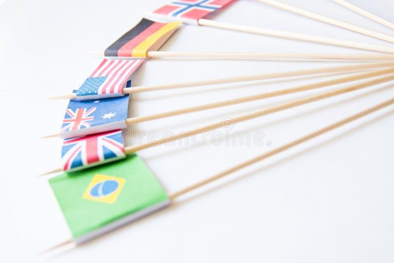 Wiązka miniatura papieru flaga kilka kraje: Grecja, Niemcy, Szwecja, Norwegia, Anglia, Włochy, Francja, Hiszpania, Rosja obrazy royalty free