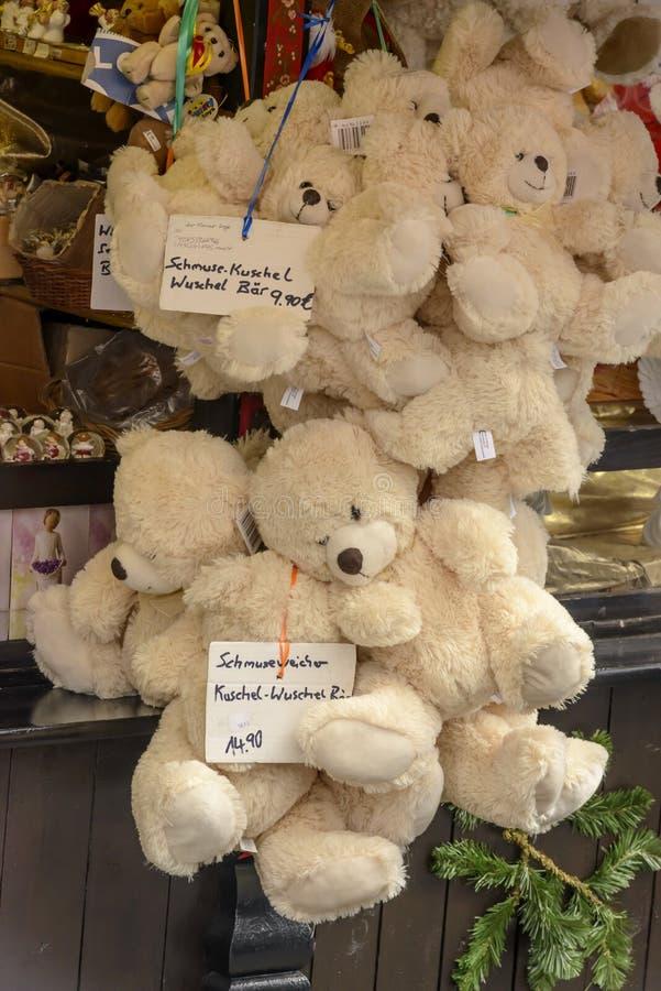 Wiązka plushy niedźwiedzie w kramu przy Xmas rynkiem, Stuttgart obrazy stock