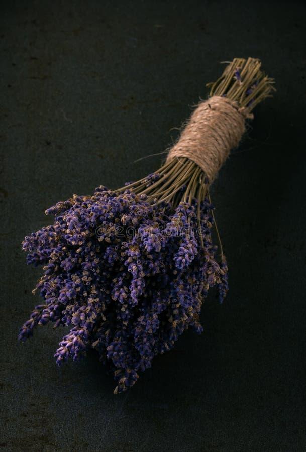 Wiązka purpurowy lawendowy kwiat na ciemnej tacy fotografia stock