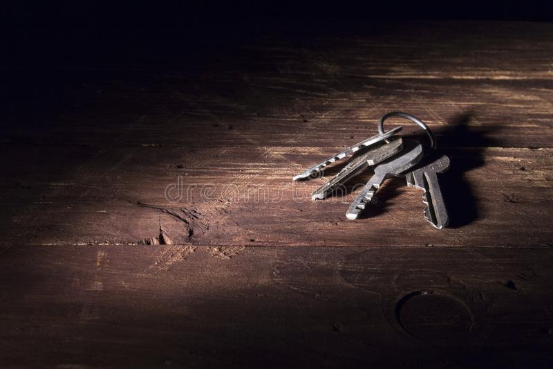 Wiązka różni klucze na drewnianej powierzchni fotografia stock