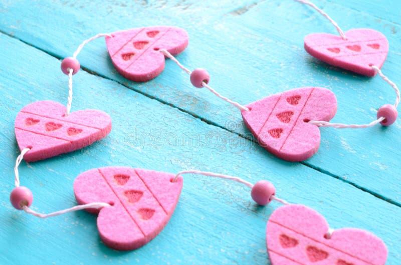 Download Wiązka Różowi Dekoracyjni Serca Na Podławym Błękitnym Tle Zdjęcie Stock - Obraz złożonej z valentines, heart: 41955288