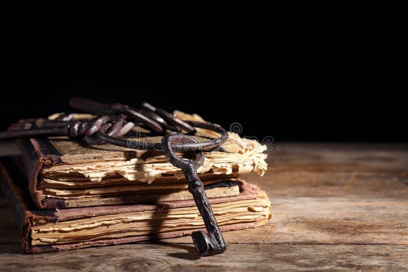 Wiązka starzy roczników klucze z książkami na drewnianym stole zdjęcia royalty free