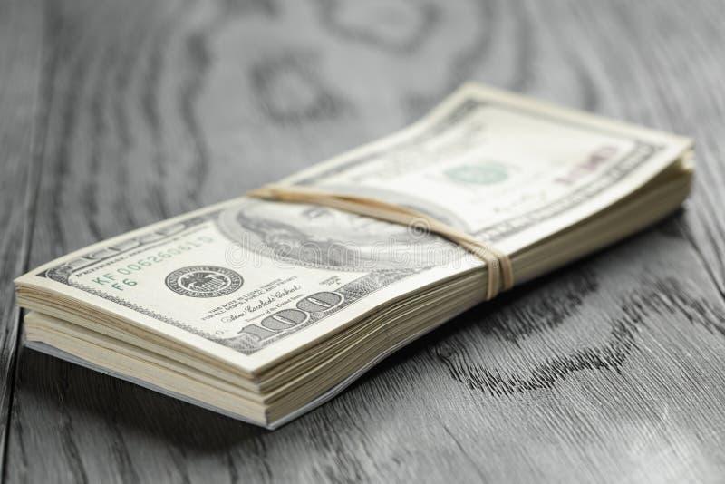 Wiązka sto dolarowych notatek wiązał z rubberband zdjęcie royalty free