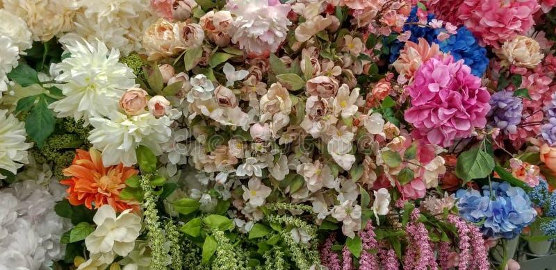 Wiązka susząca ładna wiosna kwitnie przy sklepem zdjęcia stock