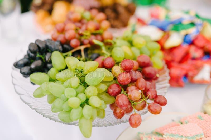 Wiązka winogrona w zakurzonej szklanej wazie fotografia stock
