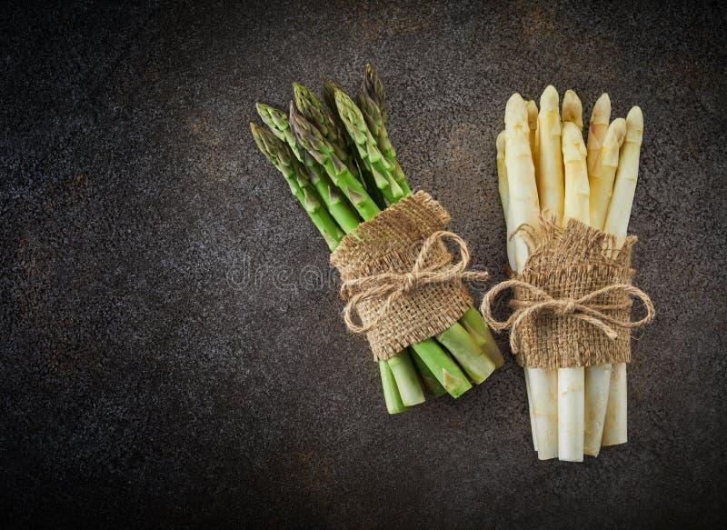 Wiązki świezi zieleni i bielu asparagusy zdjęcia royalty free