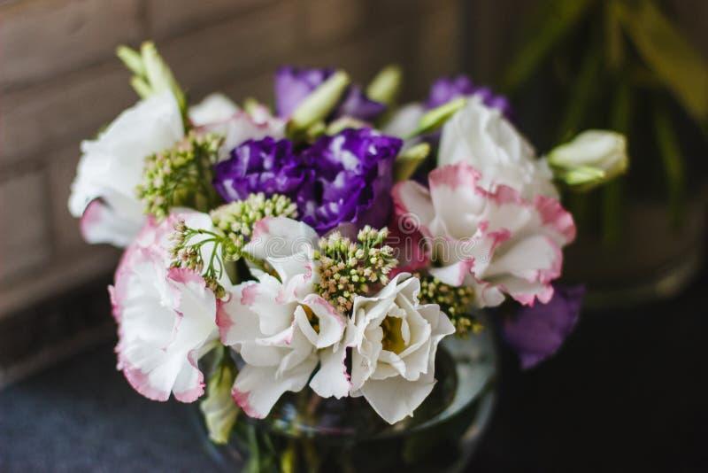 Wiązki eustoma kwitnie w szklanej wazie fotografia royalty free