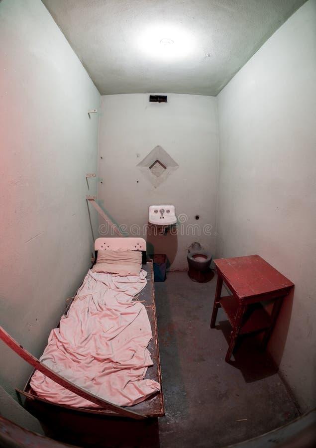 Więźnia więźnia komórka z łóżkowym zlew i stołem zdjęcie stock