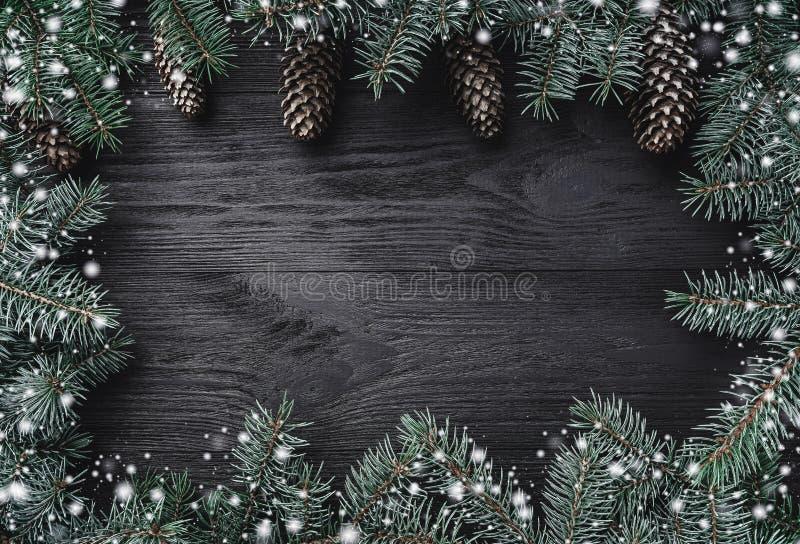 więcej toreb, Świąt oszronieją Klaus Santa niebo Czarny drewniany tło z jedlinowymi gałąź wokoło krawędzi, konusuje przy wierzcho obraz royalty free