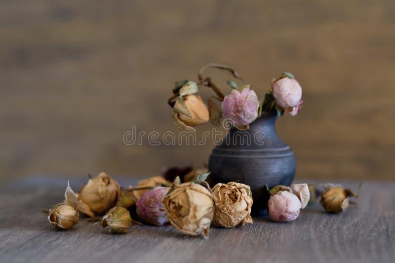 Więdnący kwiaty w starej wazie zdjęcia stock