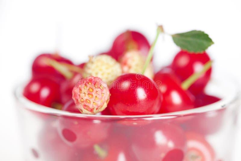 wiśni filiżanki szklane truskawki dzikie zdjęcie stock