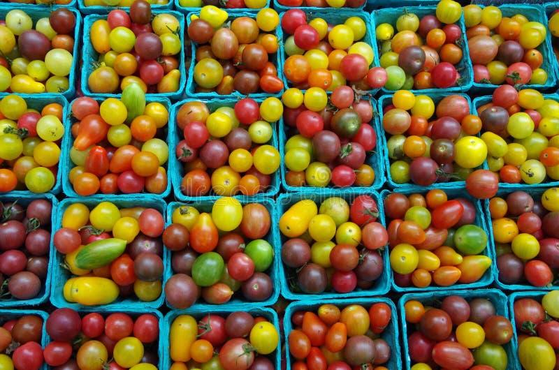 Wiśni i heirloom pomidory dla rynku fotografia stock