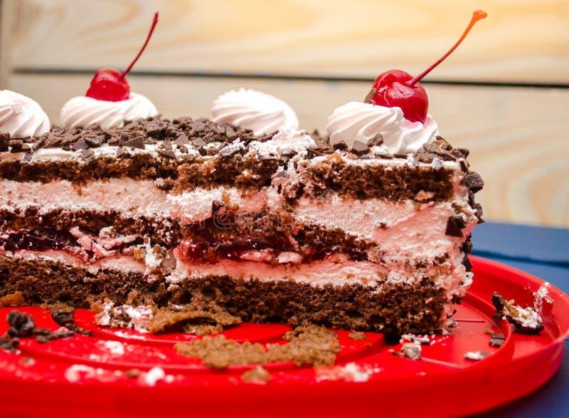 Wiśnia tort na stole, cukierki, jaskrawy tło, błękitny drewniany fotografia stock