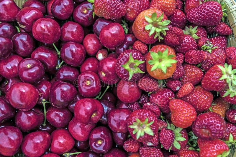 Wiśnie i truskawki fotografia stock