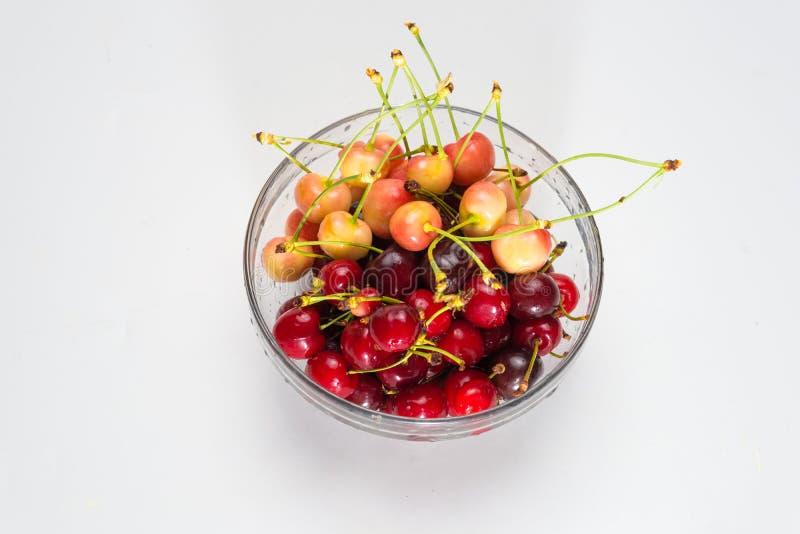wiśnie Wiśnia Wiśnie w koloru pucharze i kuchni pielusze Czerwona wiśnia wiśnie i czereśnie świeże tła jagod wiśnia dotyka utrzym obrazy royalty free