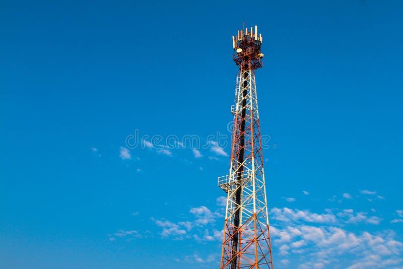 Wi de la tecnología inalámbrica del palo TV de la torre de la telecomunicación de las antenas fotografía de archivo libre de regalías