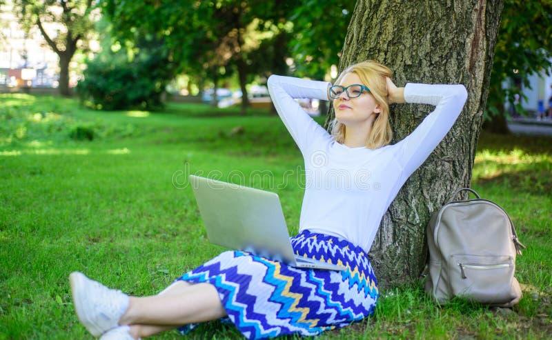 Wi fi网络连接自由存取 有膝上型计算机的妇女工作室外,公园背景 利用自由wi fi 库存照片