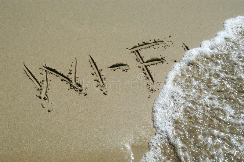 Wi-Fi geschrieben in Sand lizenzfreie stockbilder