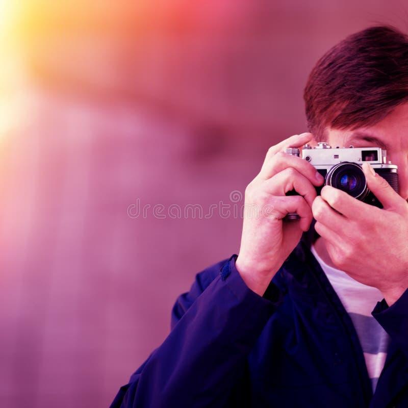 Wi profissionais dos relógios e das fotografias do fotógrafo do homem farpado fotos de stock royalty free