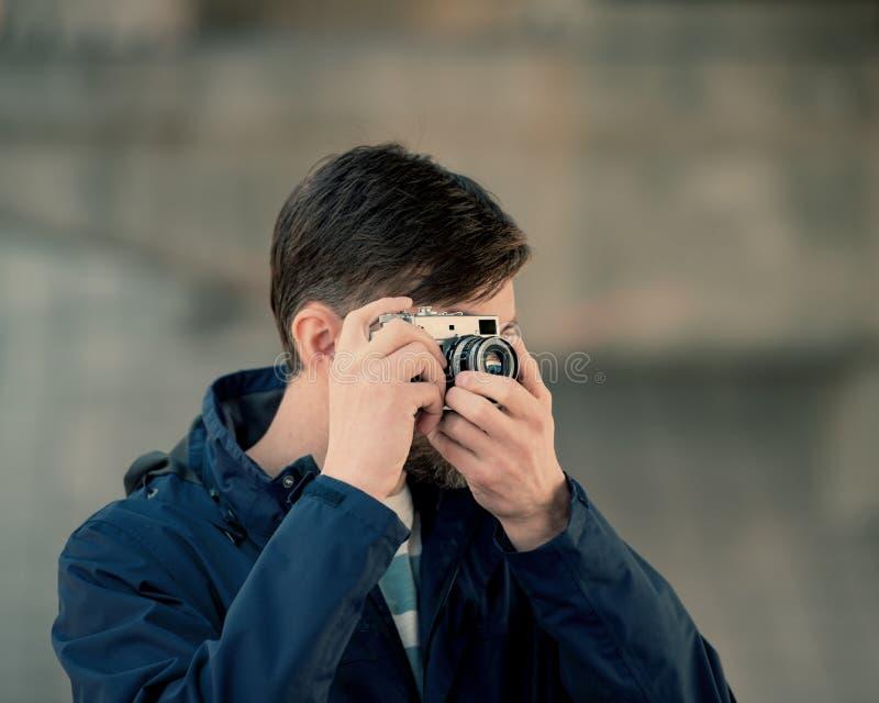 Wi profissionais dos relógios e das fotografias do fotógrafo do homem farpado foto de stock