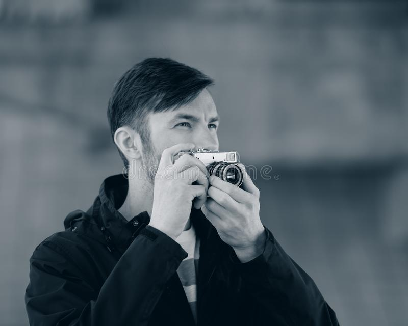 Wi profissionais dos relógios e das fotografias do fotógrafo do homem farpado fotografia de stock