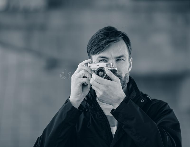 Wi profissionais dos relógios e das fotografias do fotógrafo do homem farpado fotografia de stock royalty free