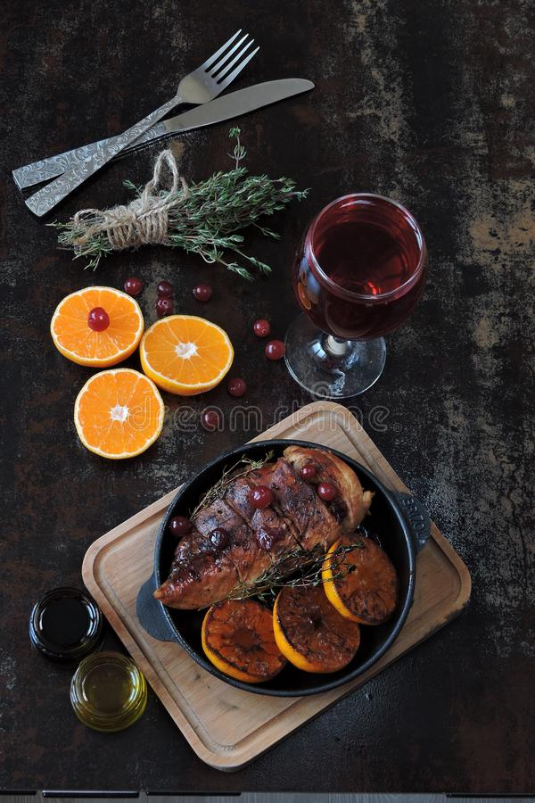 ?wi?ta dekoruj? obiadowych domowych ?wie?ych pomys??w Kurczak pierś piec z tangerines i cranberries Choinek gałąź i szkło wino Bo zdjęcia royalty free