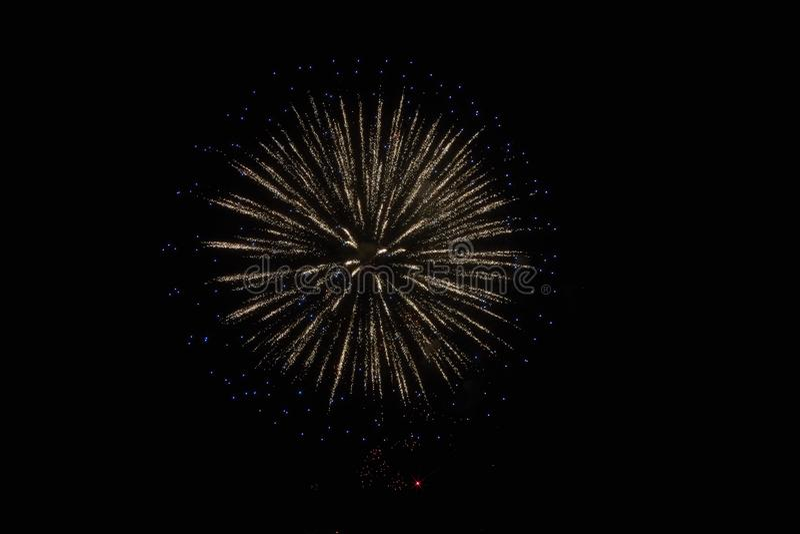 ?wi?teczni fajerwerki w ciemnym niebie zdjęcia royalty free
