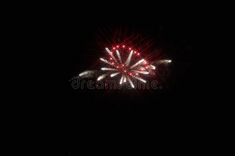 ?wi?teczni fajerwerki w ciemnym niebie fotografia royalty free