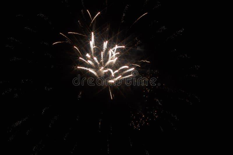 ?wi?teczni fajerwerki w ciemnym niebie obrazy royalty free