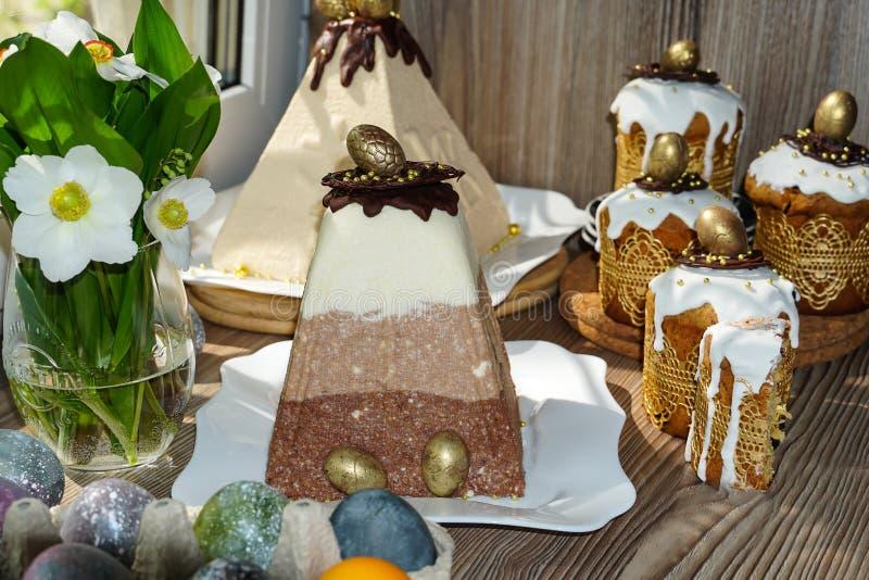 ?wi?teczny st?? dla wielkanocy Mn?stwo wielkanoc zasycha od curd ciasta dekoruj?cego z czekoladowymi i czekoladowymi przepi?rek j fotografia royalty free