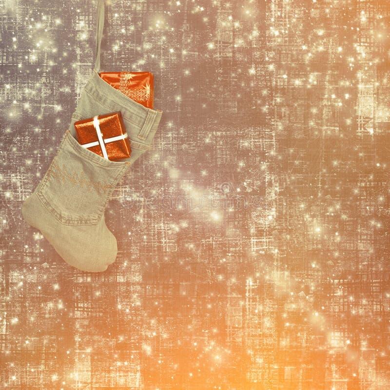 ?wi?ty Miko?aj nowego roku skarpeta z prezentami, zabawkami i serpentyn?, obraz royalty free