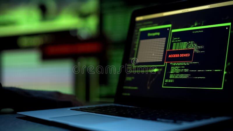Wiadomość dostęp zaprzeczający pisać na laptopu ekranie, serweru bloking sieka próbę zdjęcie royalty free