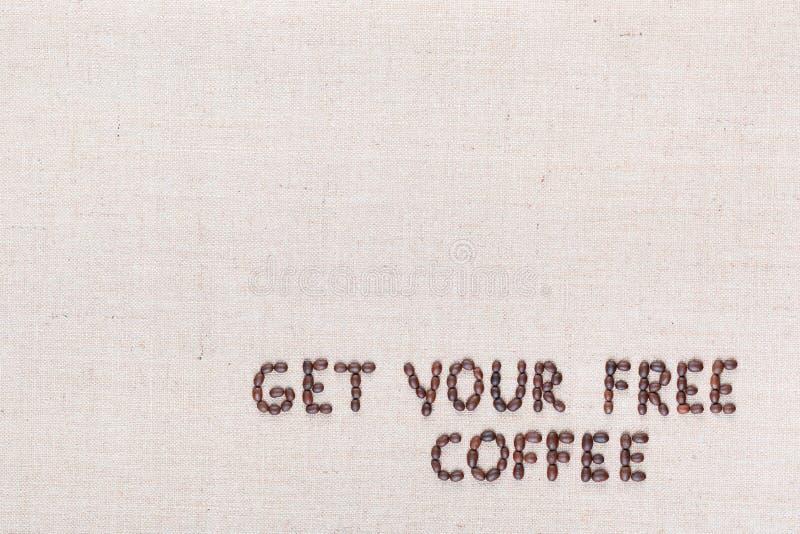 Wiadomo?? Dostaje tw?j bezp?atn? kaw? pisze z kawowymi fasolami, wyr?wnywa? przy dolnym dobrem zdjęcia stock